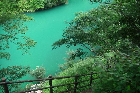 Kurobe, ญี่ปุ่น: 鐘釣 万年雪展望台から・・・エメラルドグリーンに感激