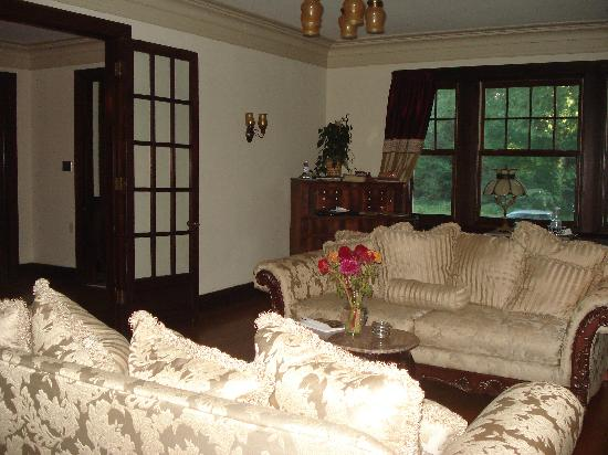 The Avenue Bed and Breakfast: Living Room