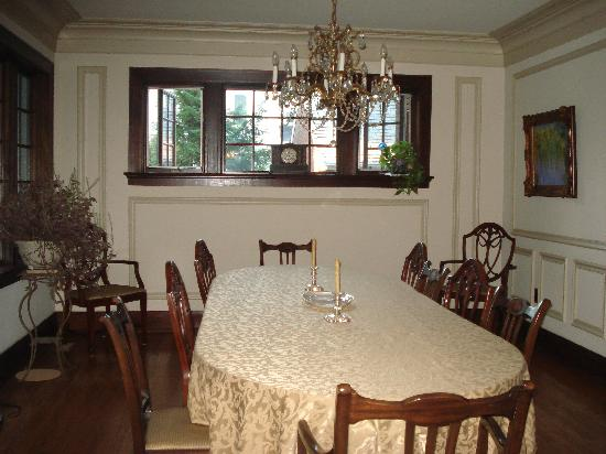 The Avenue Bed and Breakfast: Dining Room