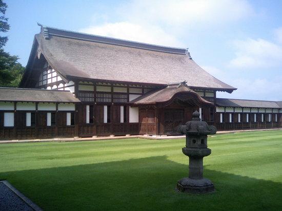 高岡市, 富山県, 芝生の緑がきれいです。手入れが大変そう・・