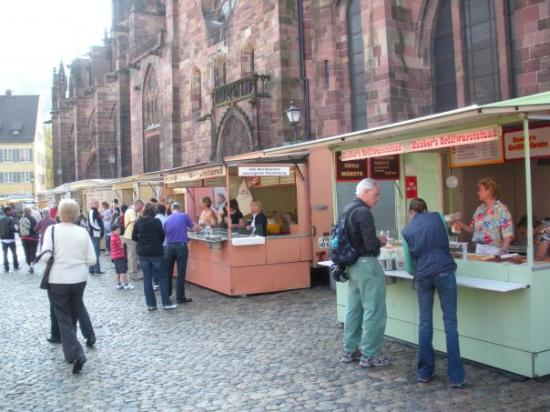 Freiburg Cathedral: Sausage row at the market