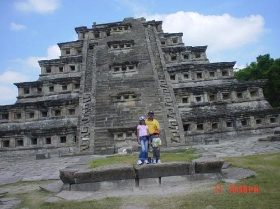El Tajin: La pirámide tiene seis pisos y 365 nichos que simbolizan los días del año. A sus costados, se ub