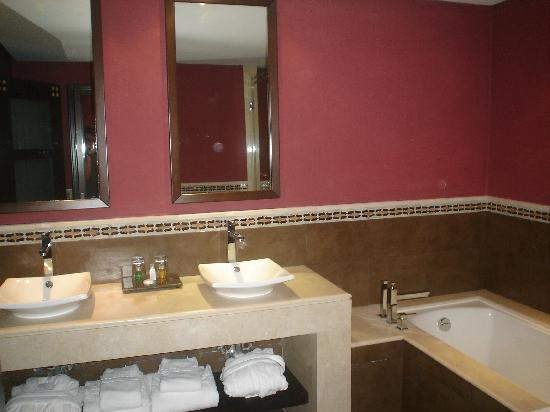 SENTIDO Kenzi Menara Palace: baño de la habitacion