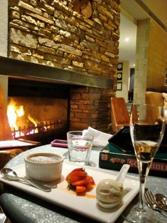 Margaret River, Australie : playing scrabble next to the fireplace with chocolate dessert... sweet life but horrible score f