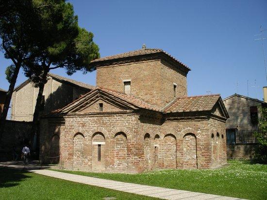 Mausoleo di Galla Placidia: ガッラ・プラチーディアの廟の外観