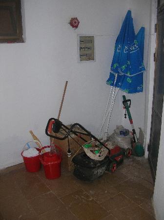 Parilti Hotel: oggetti in abbandono per salire in camera