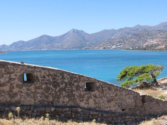 Chersonissos, Griekenland: Walls that hide the ocean