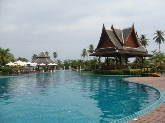 Sofitel Krabi Phokeethra Golf & Spa Resort: I love the large pool with the massage area in the middle  The pool isn't an illusion...it is