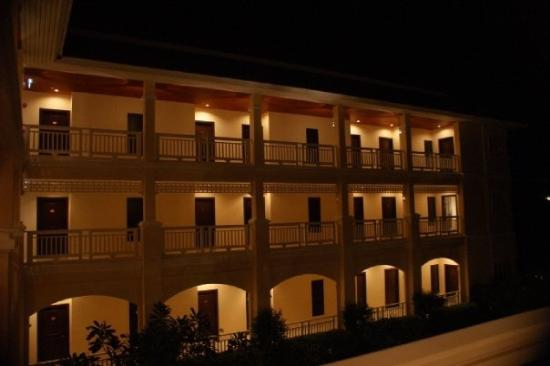 Sofitel Krabi Phokeethra Golf & Spa Resort: Sofitel at night :)  Isn't it beautiful?