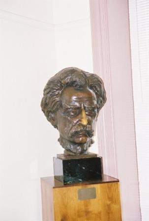 ฮันนิบาล, มิสซูรี่: A bust of Twain in one of the museums.