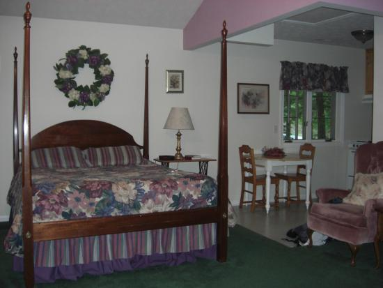 Royal Oaks Cabins: Interior, cottage at Royal Oaks