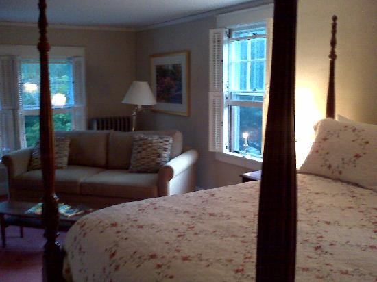 Trumbull House Bed and Breakfast: The White Room