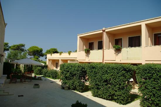 Hotel Masseria Bandino: la corte interna e parte delle camere