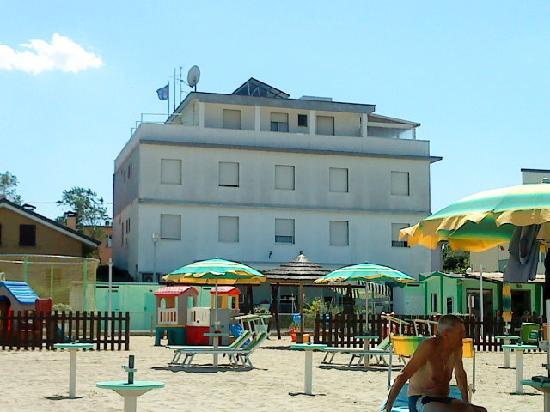 Albergo Aquila: Rückseite, direkt am Strand