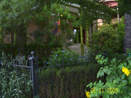 A Yellow Rose Bed and Breakfast: beautiful (front of B&B)