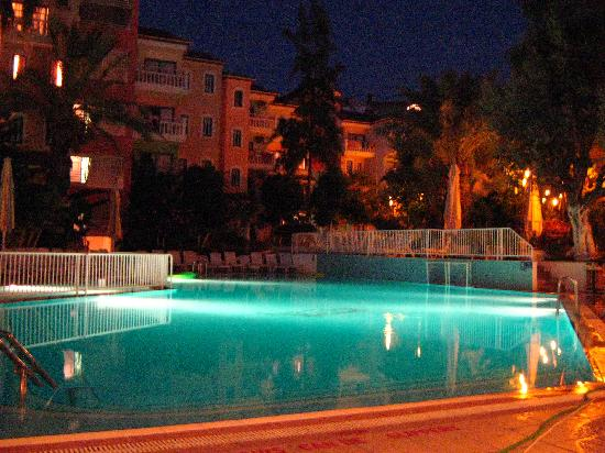 SENTIDO Marina Suites: Apartments and pool at night, from the Pool Bar