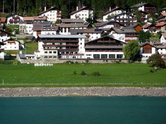 Resia, Italia: l'hotel visto dal lago