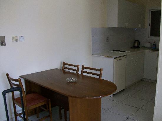 Valana Hotel Apts: Kitchen