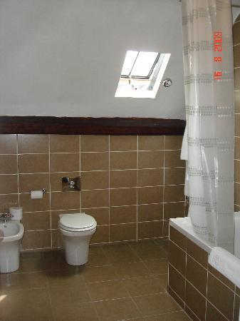 Colwick Hall Hotel: Spacious bathroom