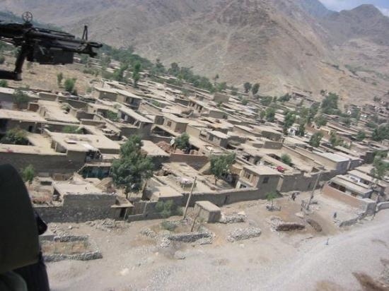 Jalalabad, อัฟกานิสถาน: looking out from the helo...