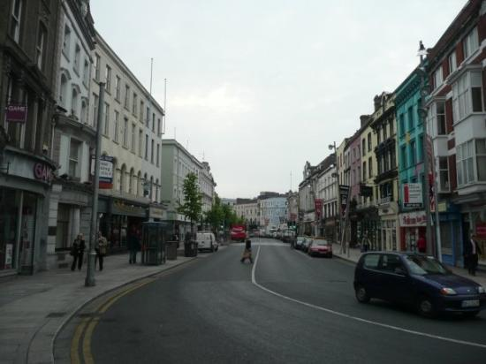 Cork, Irlanda: St Patrick's St  We learned in my archeology class that the curvature of this street used to f