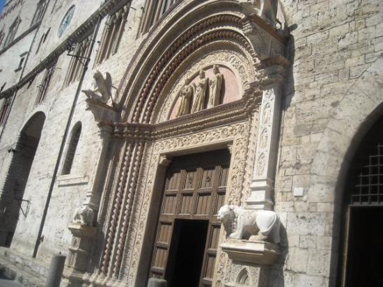 Palazzo dei priori perugia picture of piazza iv for Arredare milano piazza iv novembre