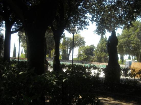 Giardino Frontone : Statue nell'Ombra dei Giardini del Frontone, Perugia