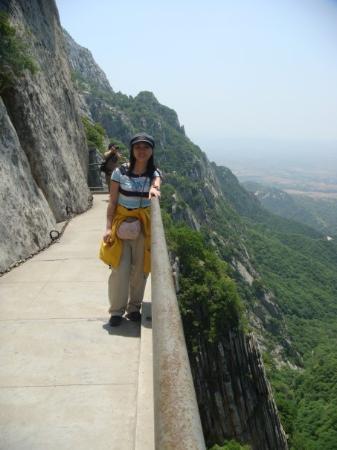 Shaolin Temple: 刚上去没走多久拍的照片,没一会人就近乎瘫痪。
