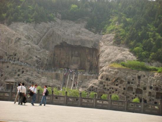 Longmen Grottoes: 远眺奉先寺