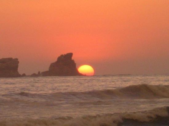 Ayampe, Ecuador: Esto es el paisaje de la ruta del sol,, Dos días atras el sol paso por medio de las dos rocas...