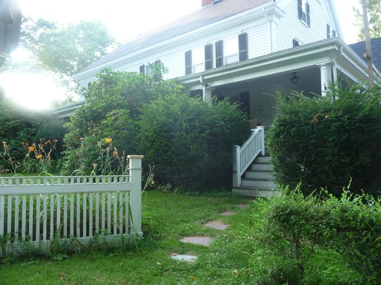 Apple Blossom B&B: The front porch and entrance