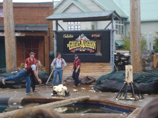 Great Alaskan Lumberjack Show: Throwing Axes.