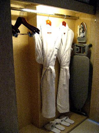 Shangri-La's Boracay Resort & Spa: closet