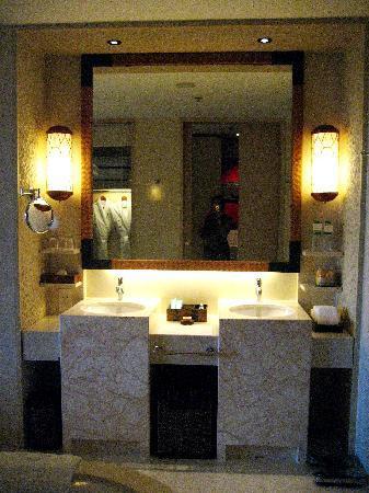 Shangri-La's Boracay Resort & Spa: double sink