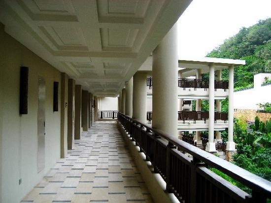 Shangri-La's Boracay Resort & Spa: hallway to rooms