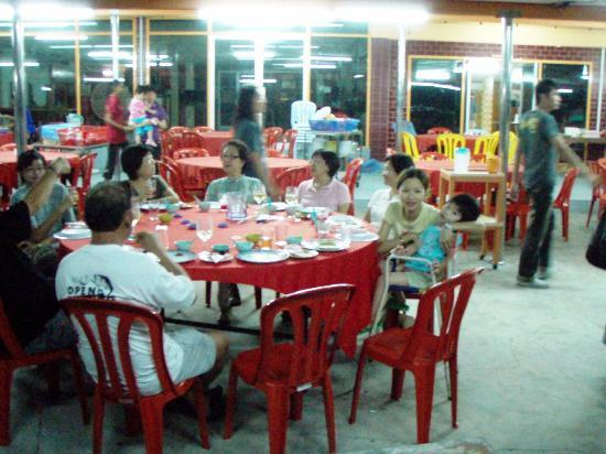 Sea View Hotel & Holiday Resort: Place comes alive at night as the food is good. Outsiders come here to eat.