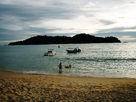 ปังกอร์, มาเลเซีย: Pangkor Laut is on the opposite island. Sea View have the better view.