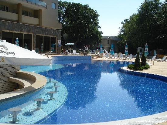 Orchidea Boutique Spa: big clean pool (with bar, jacuzzi & big water fountain)
