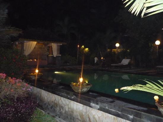 Rumah Mertua Boutique Hotel & Garden Restaurant & Spa: Candle lit swimming pool