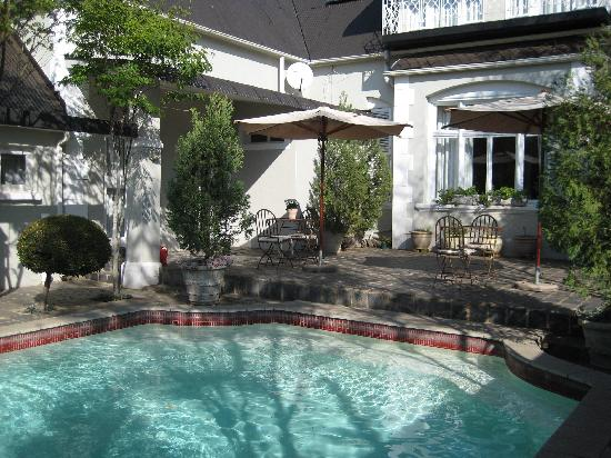 Osborne Guest House: Pool and courtyard