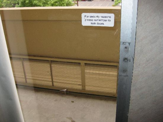 MCM Elegante Hotel: Private balcony with no handle and extra trash