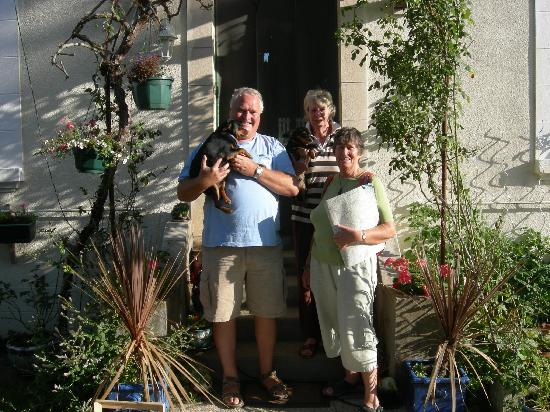 Aux Deux Arbres Chambres d'Hote : Mine hosts with guests