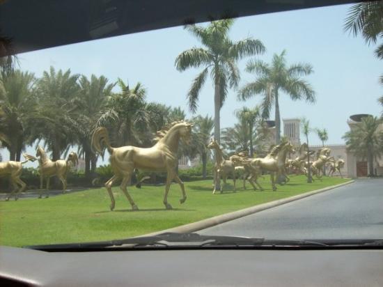 Jumeirah Al Qasr at Madinat Jumeirah: Al Qasr hotel's drive