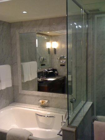 Four Seasons Istanbul at the Bosphorus: Bathroom
