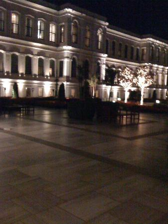 Four Seasons Istanbul at the Bosphorus : View from the garden of the main building at night
