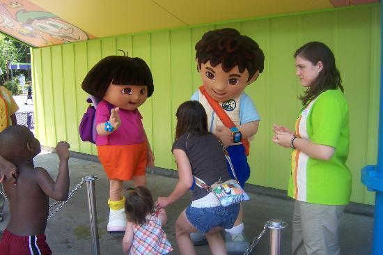 Doswell, Wirginia: Dora and Diego meet and greet in the Nick Jr area.