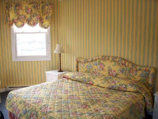 Island House Hotel: big comfy bed in the yellow themed room