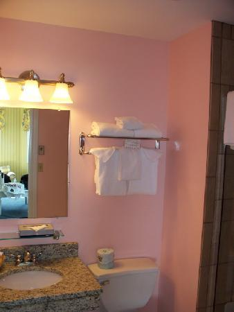 Island House Hotel: bathroom had been nicely redone (modern, enclosed shower)