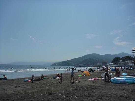 Yugawara Beach: 吉浜海岸の様子、週末は混雑