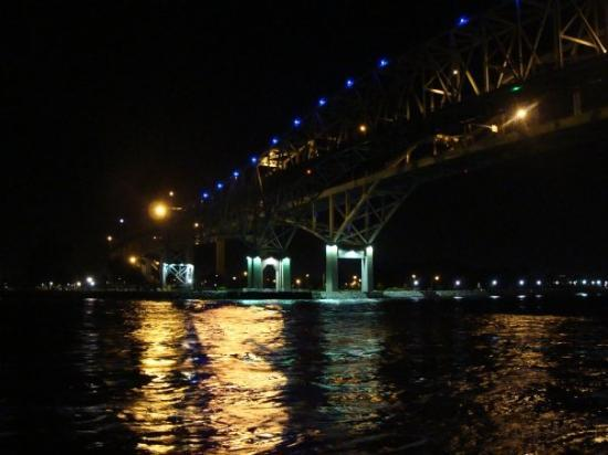 Port Huron, Мичиган: view of the Blue Water Bridge facing Sarnia, Ontario